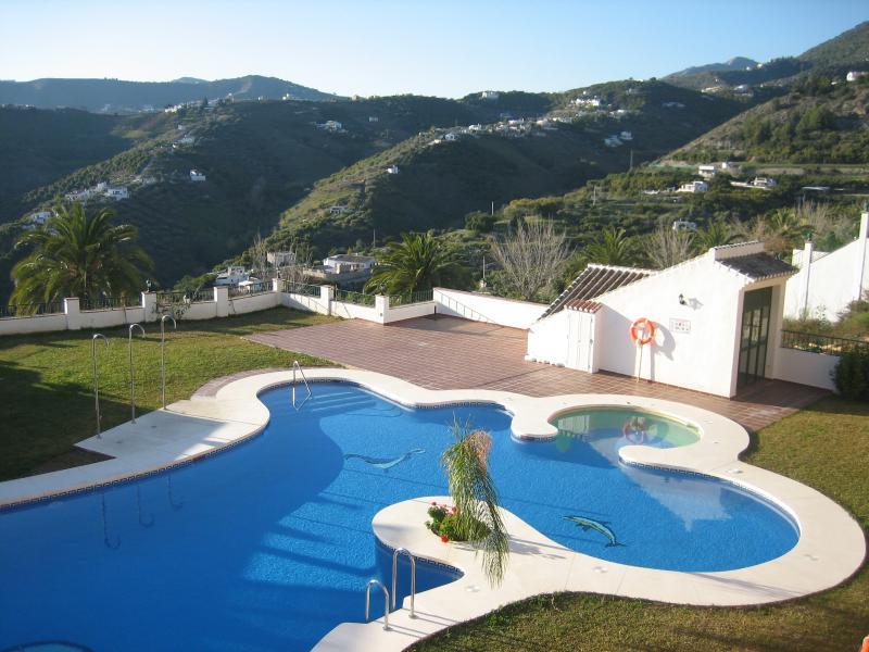 Prachtig zwembad met jacuzzi met voldoende ruimte om te zonnebaden met sommige ligstoelen...