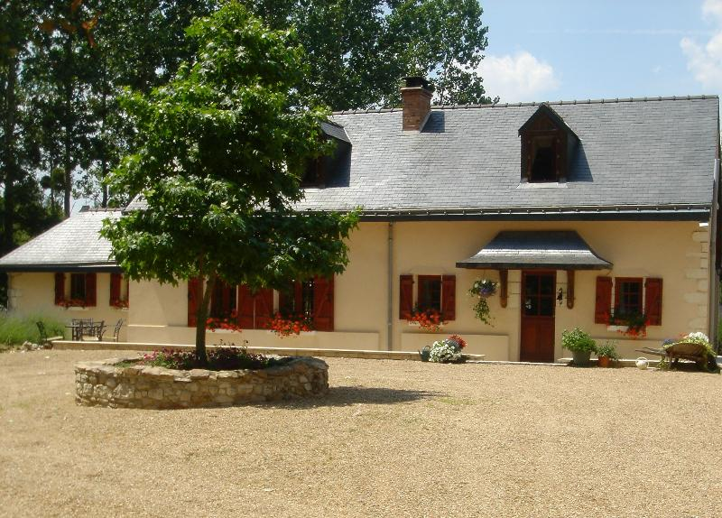La Maison Rouge, a beautiful house set in a stunning woodland location., vacation rental in Jumelles