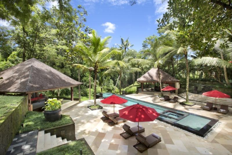 Riverside 10 Bedroom Luxury Villa with 28 Professional Staff – semesterbostad i Buduk