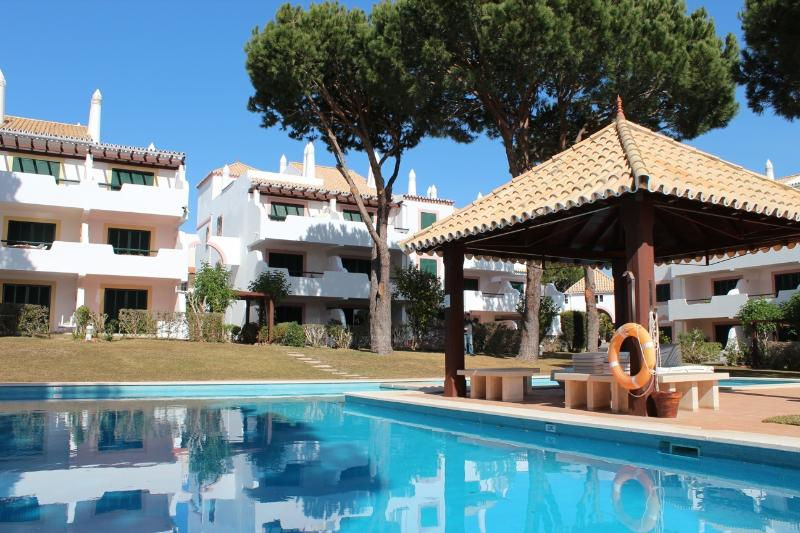 Ground floor 2 bedroom apartment with pool, private garden and terrace, location de vacances à Quarteira