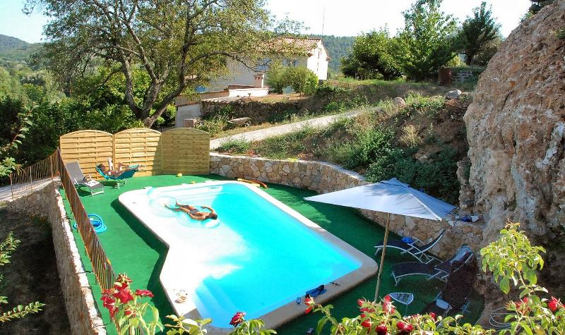 PISCINE 8 x 4,5 in a typical landscape combining Restanques, rocks and land