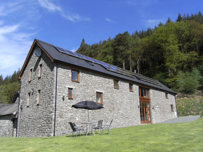 Gwedd y Glyn Holiday Barn with hot tub, vacation rental in Llanwrtyd Wells