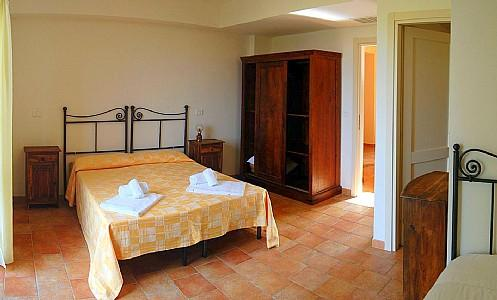 Sorano Villa Sleeps 8 with Pool Air Con and WiFi - 5228752, vacation rental in Elmo