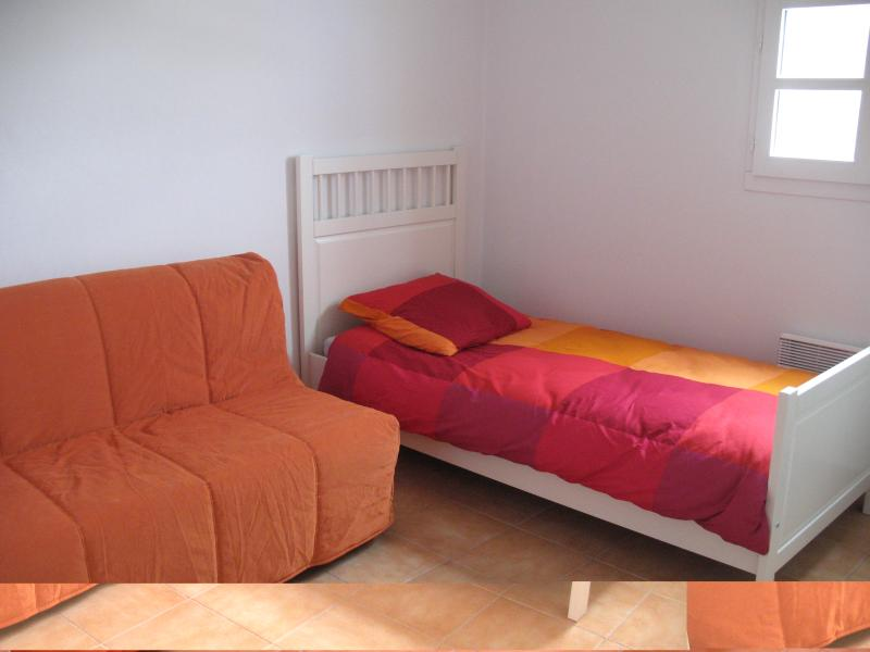 Bedroom with single bed and double sofa bed