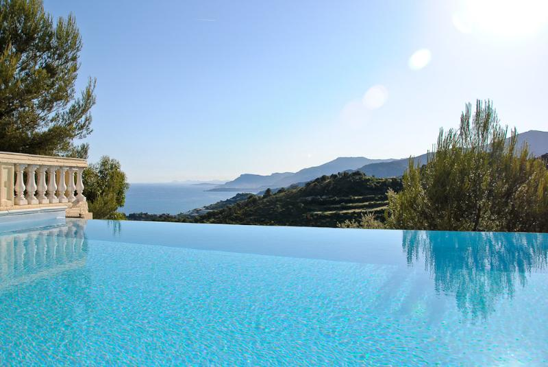 Villa Alta, infinity pool and spectacular views, vacation rental in Vallecrosia