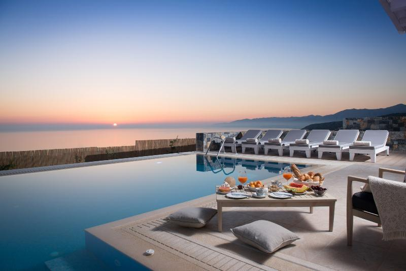 Sunrise and Breakfast next to the pool at  Villa Seaview with fantastic panoramic seaview