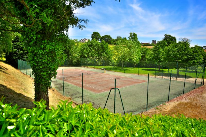 Free tennis court (300 meters from the cottage)