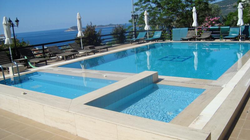 Pool and sea view close to apartment