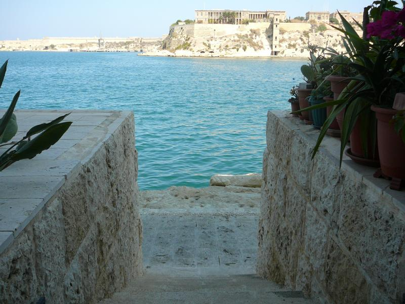 WATERFRONT BOUTIQUE APARTMENT VITTORIOSA MALTA, vacation rental in Bahar ic-Caghaq