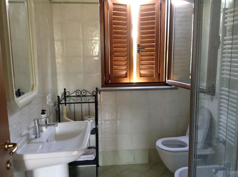 il bagno del piano notte, anch'esso con box doccia