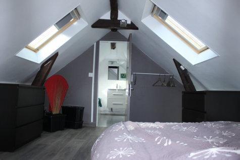 Chambre et Salle de bains - Upstairs bedroom and bathroom