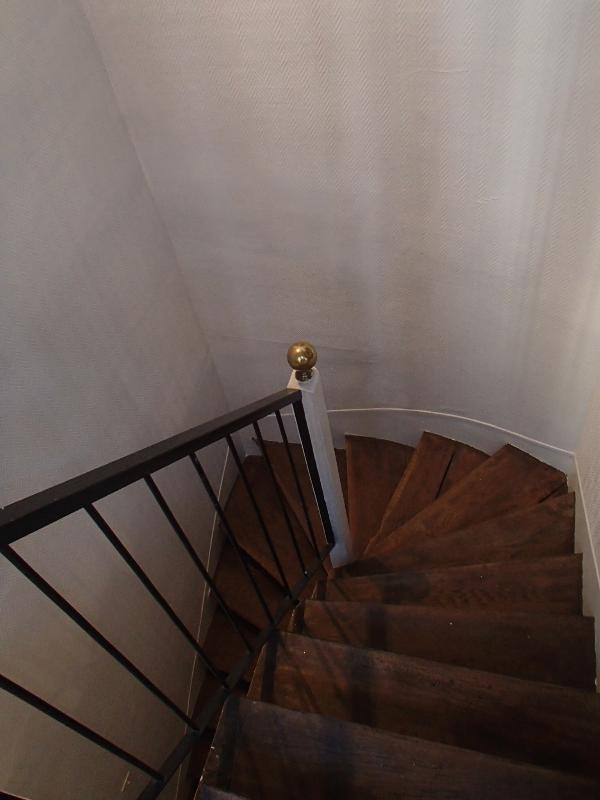 l'escalier d'accès - the staircase to the 1st level