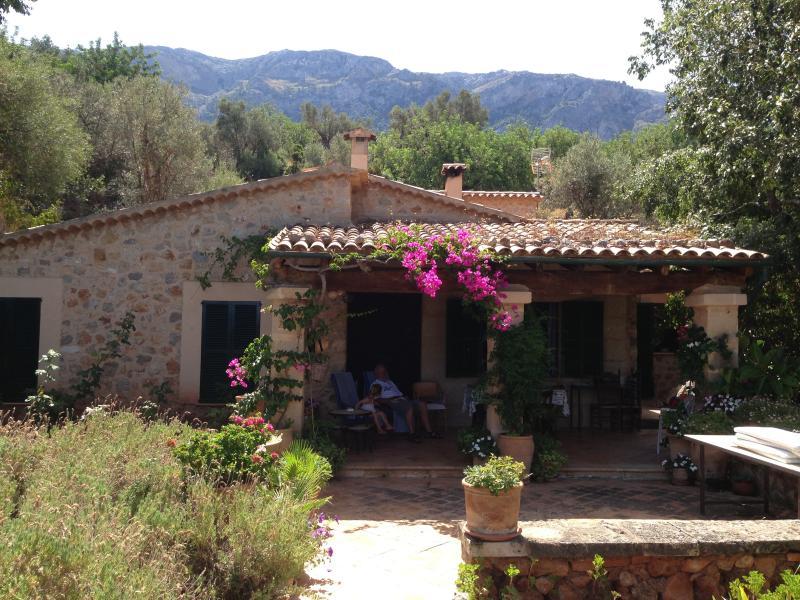 Fachada principal de la Villa con porche y vistas al Jardin