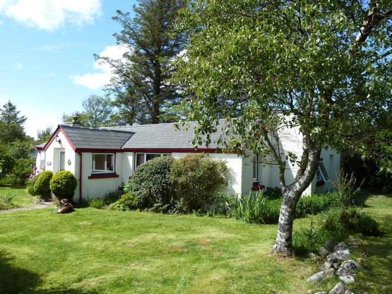 Caberfeidh is a single storey cottage sleeping up to five people. Pets welcome, secure garden.