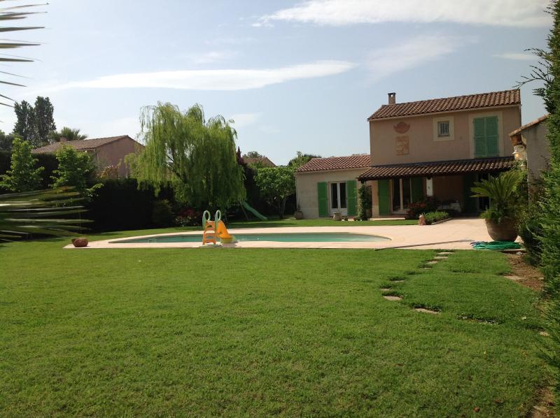 La bella villa avec son jardin et la piscine - Villa with large garden and swimming pool