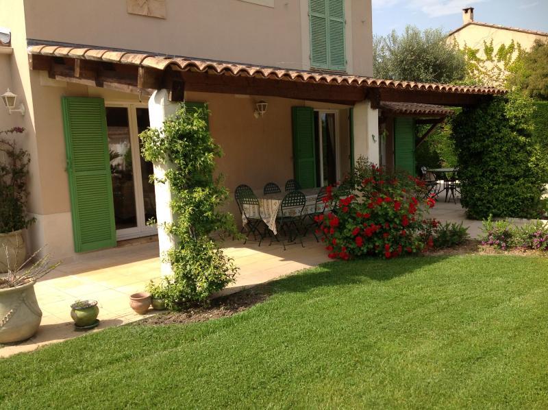 le beau patio pour manger au frais - nice patio for your open air dinners & lunch