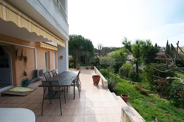 Vue arrière : terrasse et jardin orientés plein sud. Calme et douceur de vivre.