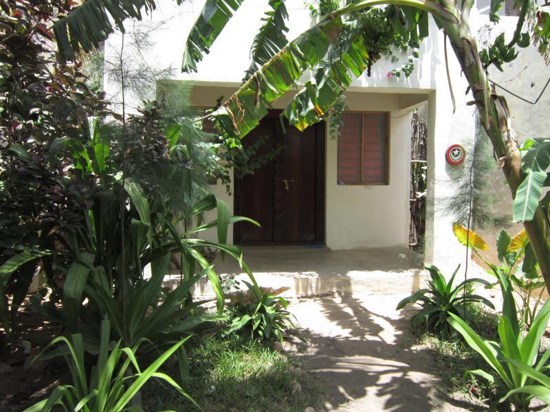 Visa Guesthouse från trädgården