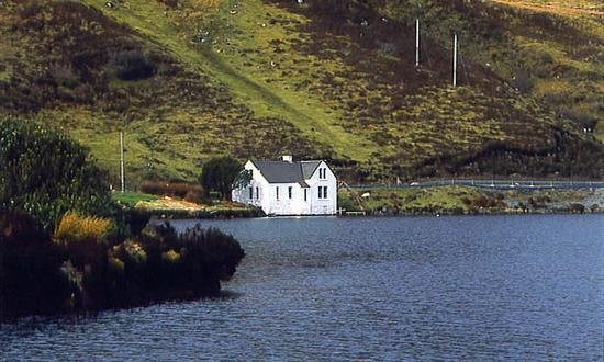 Unique loch -side cottage. Wonderful scenic location yet near to Portree , main town of Island