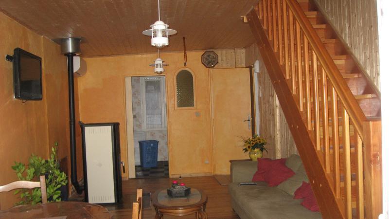 vue du salon avec sa monter escalier donnant aux chambres