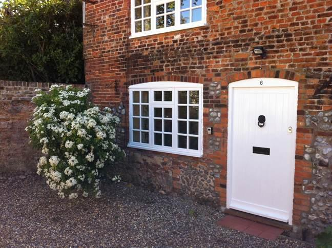 Secluded Traditional Brick + Flint North Norfolk Cottage, Pretty Courtyard Gdn, Wi-Fi, Parking,Piano