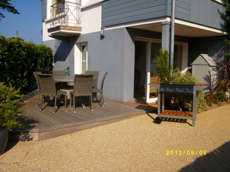 Terrasse, salon de jardin, barbecue, location PIRIAC sur MER