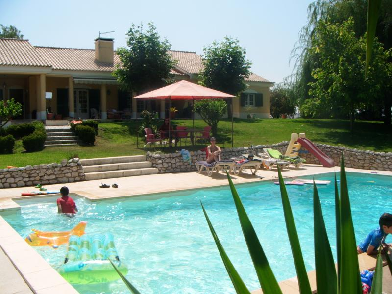 It´s super to have a drink by the pool while watching the children playing in and out of the pool.