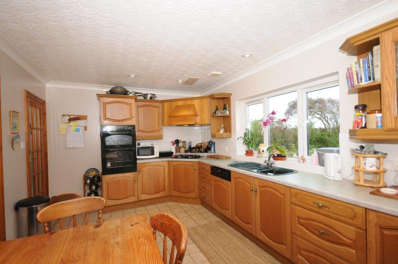 The fully fitted kitchen with a kitchen table and seating for six people