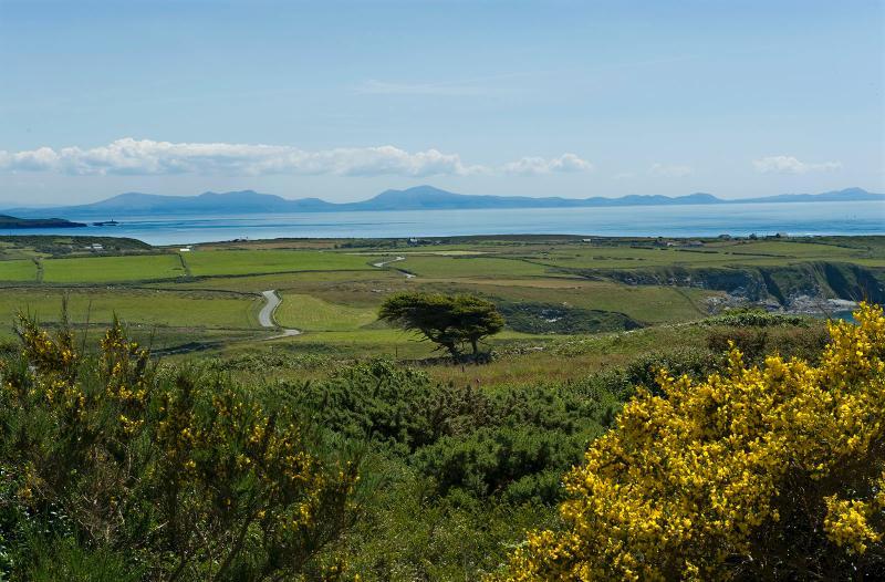 Disfrute de impresionantes montañas y vistas al mar desde la casa hacia la península de Lleyn y Snowdonia.