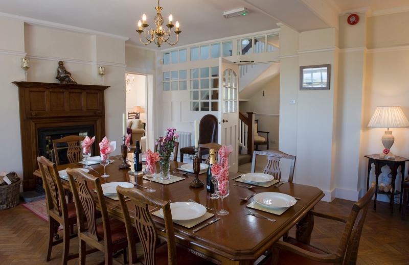 Hacer una entrada.  Bronceado Y Cytiau está bien equipado para cenas y fiestas.