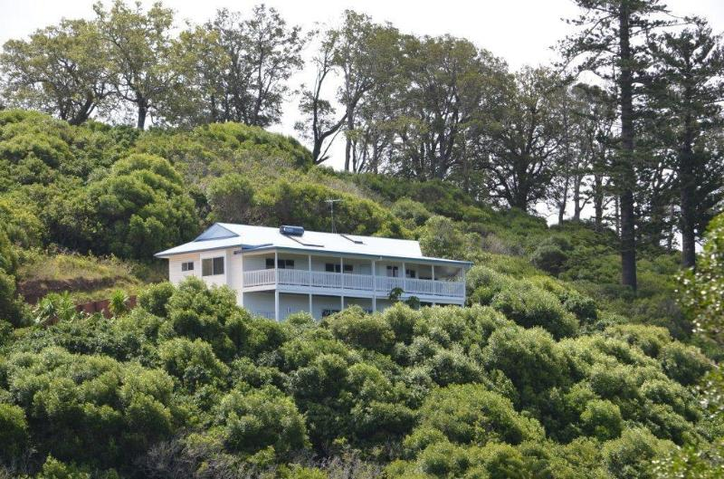 Secluded Private Hillside Spa Retreat with 180 degree ocean views!