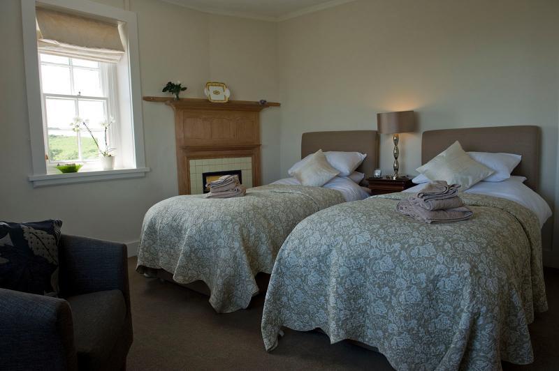 Las camas se conectan para formar un king-size bed y el tablero principal y son de calidad superior.