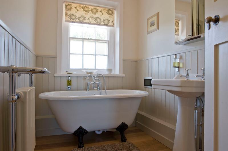 Relájese en la comodidad y ver la televisión directamente desde el rodillo superior baño.