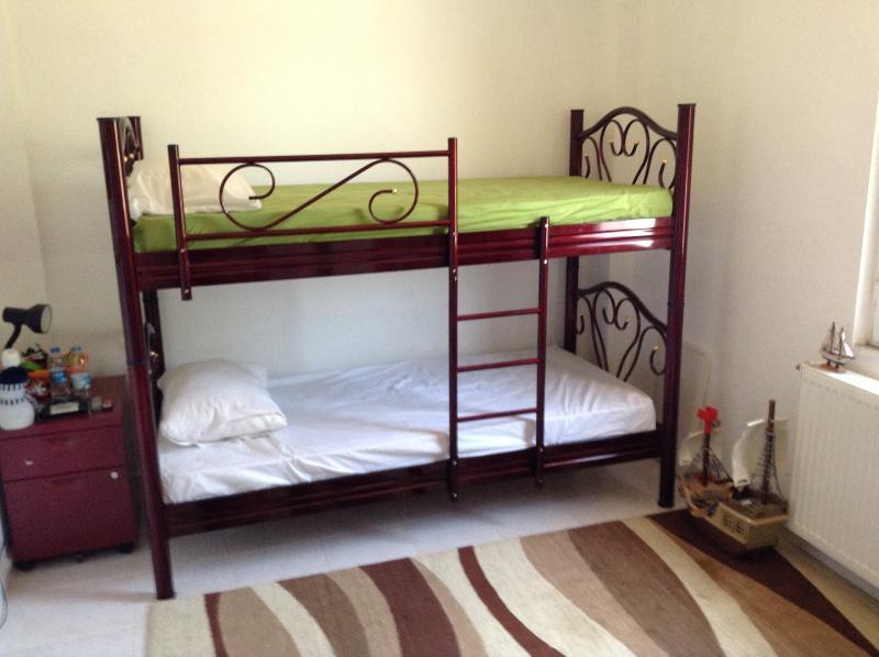 Schlafzimmer mit Etagenbetten, alle Zimmer verfügen über Klimaanlage und Deckenventilatoren