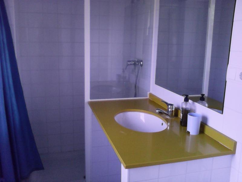 cuarto de baño completo dentro de la habitación