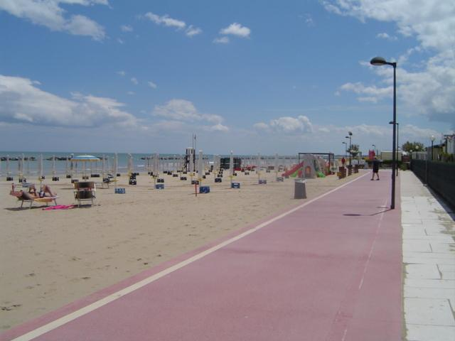 pista cliclabile e spiaggia / cycle path and beach