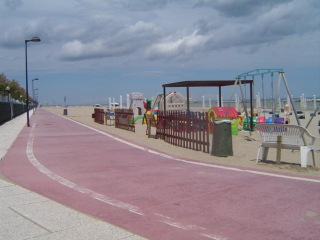 pista ciclabile e spiaggia / cycle path and beach