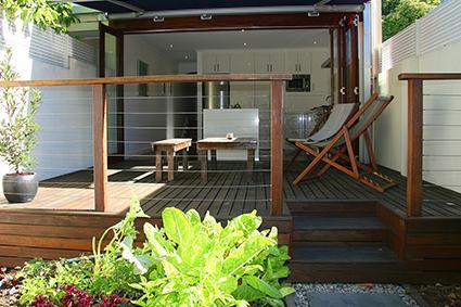 Dek toonaangevende van open keuken, met uitzicht op de binnentuin aan de achterkant