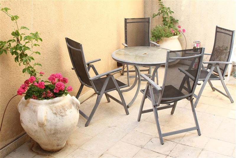 Private yard \ balcony - including table & 4 chairs