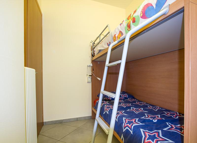 Derde slaapkamer met een stapelbed