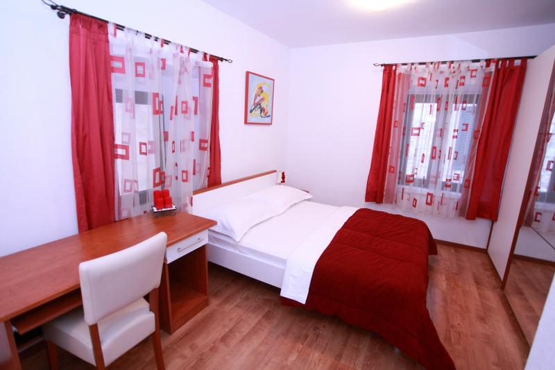 room 4 apartment 2 ( double bed +single bed )