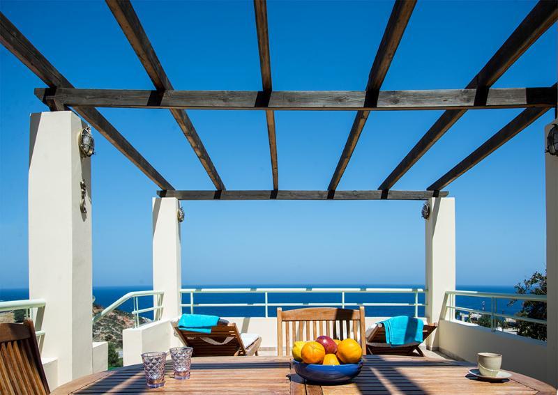 O pátio ao lado da piscina com excelentes vistas