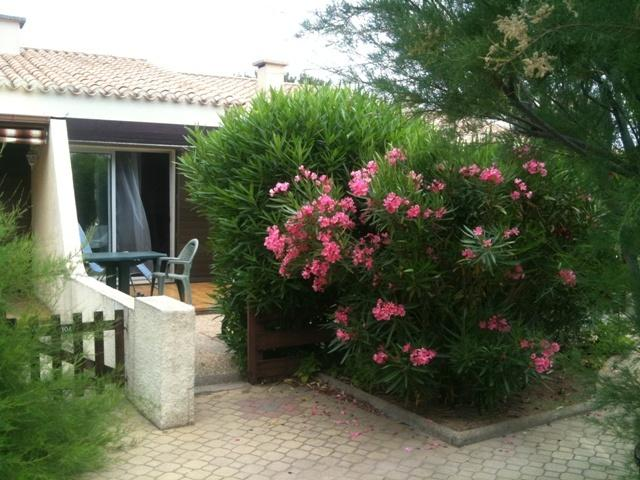 Villa Les Lauriers Roses  dans village naturiste, 2 chambres, 2 terrasses, Clim, vacation rental in Cap-d'Agde