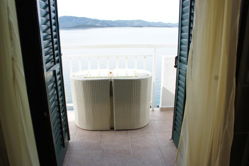 Die Aussicht vom Zimmer die auf den Balkon öffnet.