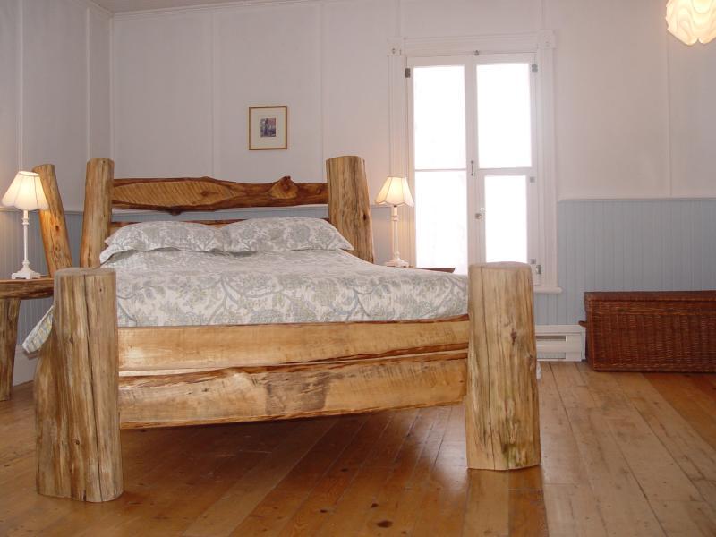 Grande chambre lumineuse avec lit de cèdre conçu par l'aubergiste