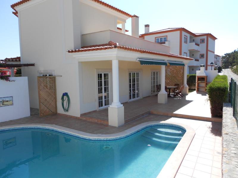 3 bedroom, 6 bed, luxury Villa in Praia Del Rey Golf Resort with fabulous views, holiday rental in Serra del Rei