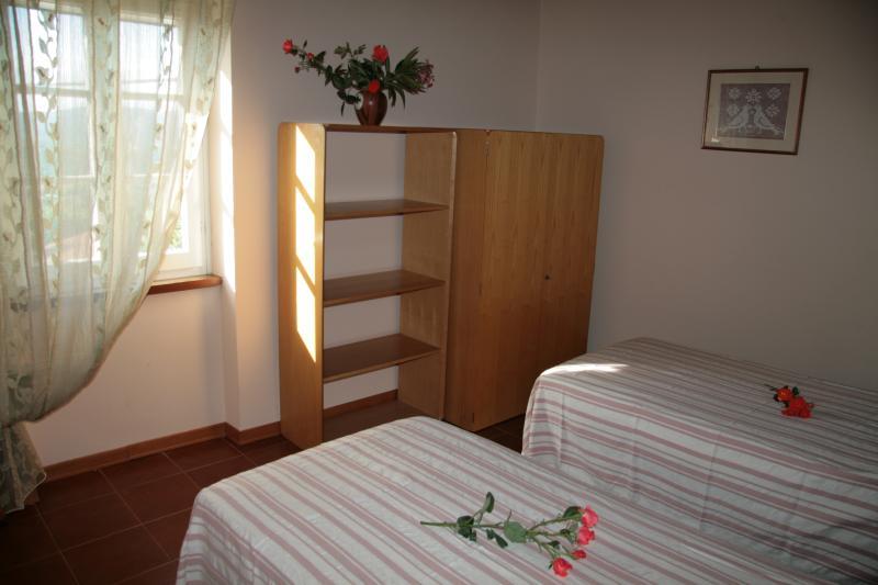 ampia camera luminosa con due letti ,possibilità terzo letto
