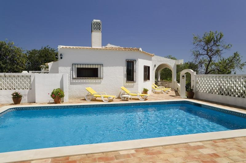 Casa Alegre, luxury villa with private and maid, vakantiewoning in Faro District