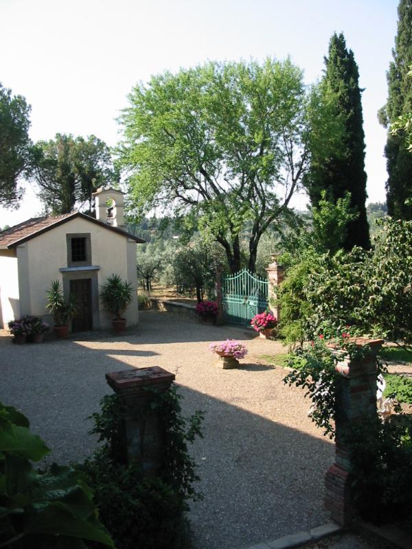 chesa e giardino attrezzato con lettini, sdraie  per gustare la bellezza della campagna Toscana