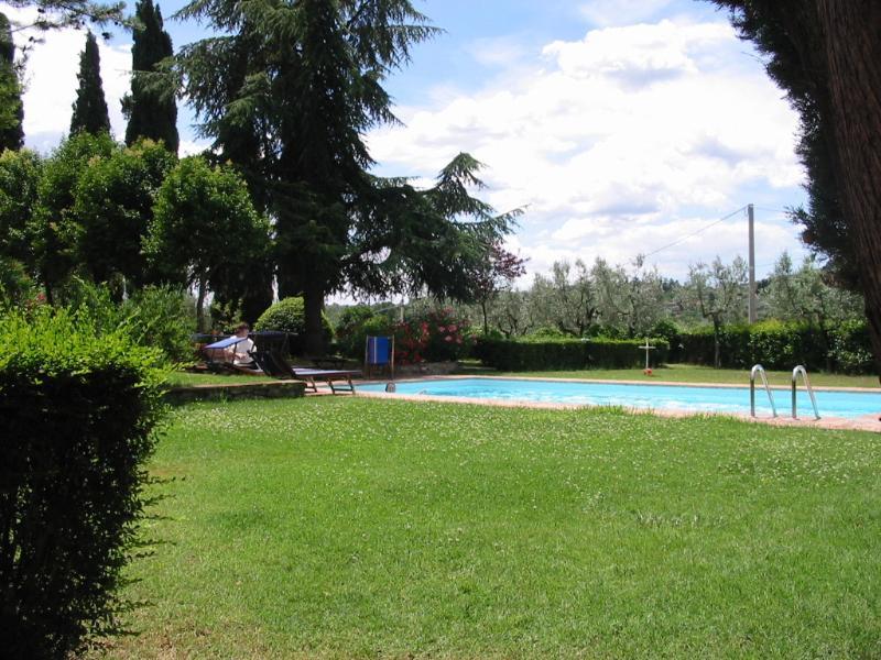 comoda piscina inserita nel giardini attrezzata per relax e prendisole.